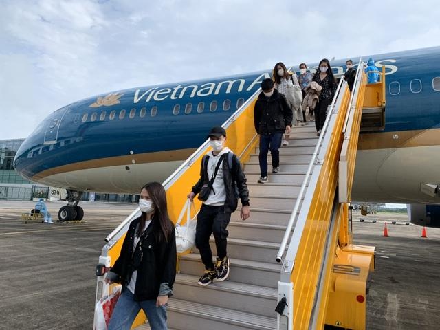 Hàng không quốc gia đưa hơn 200 người Việt từ vùng dịch Pháp về nước - 1