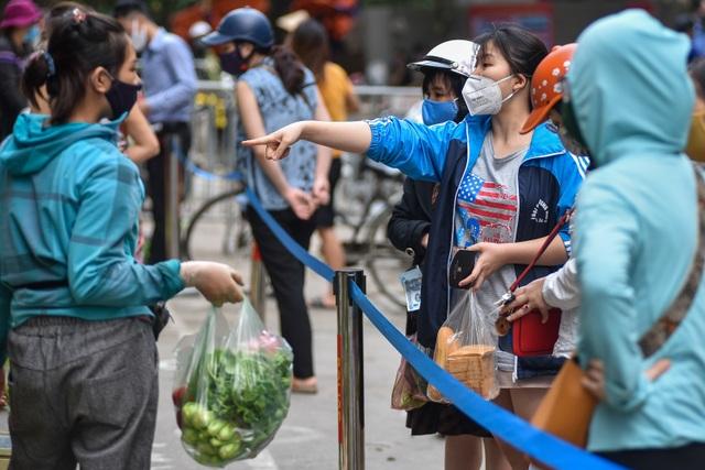 Hà Nội: Chợ dân sinh kẻ vạch, dựng rào phòng dịch Covid-19 - 7