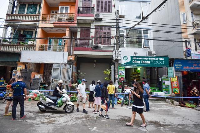 Hà Nội: Chợ dân sinh kẻ vạch, dựng rào phòng dịch Covid-19 - 11