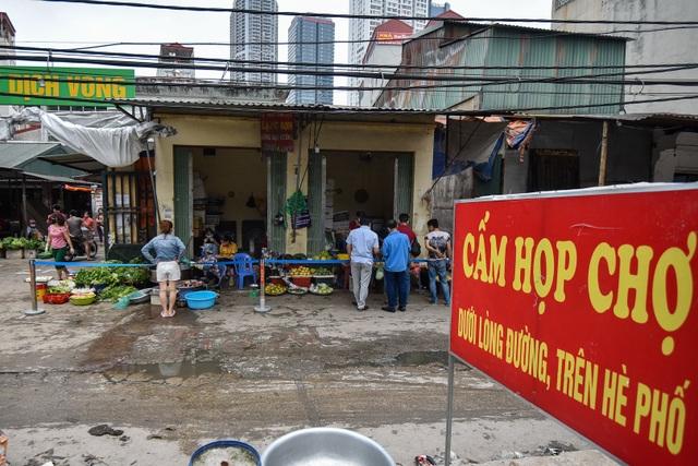 Hà Nội: Chợ dân sinh kẻ vạch, dựng rào phòng dịch Covid-19 - 8
