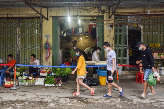 Hà Nội: Chợ dân sinh kẻ vạch, dựng rào phòng dịch Covid-19 - 1
