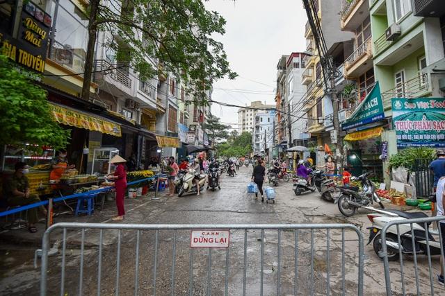 Hà Nội: Chợ dân sinh kẻ vạch, dựng rào phòng dịch Covid-19 - 2