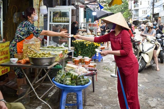 Hà Nội: Chợ dân sinh kẻ vạch, dựng rào phòng dịch Covid-19 - 9