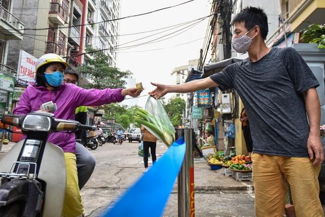 Hà Nội: Chợ dân sinh kẻ vạch, dựng rào phòng dịch Covid-19 - 4