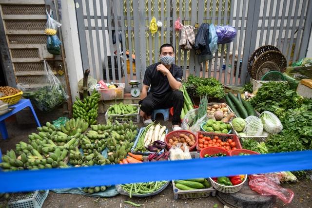 Hà Nội: Chợ dân sinh kẻ vạch, dựng rào phòng dịch Covid-19 - 6
