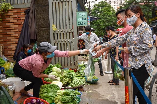 Hà Nội: Chợ dân sinh kẻ vạch, dựng rào phòng dịch Covid-19 - 10