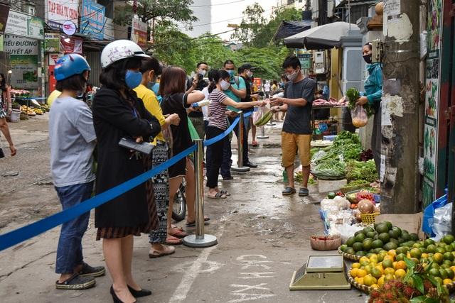 Hà Nội: Chợ dân sinh kẻ vạch, dựng rào phòng dịch Covid-19 - 3