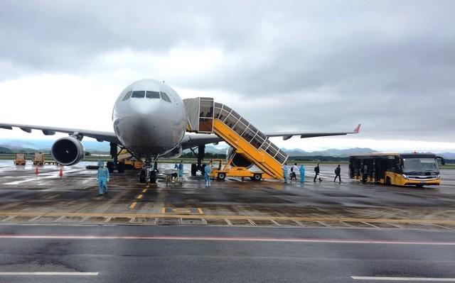 Chuyến bay chở 240 chuyên gia Hàn Quốc hạ cánh sân bay Vân Đồn - 1