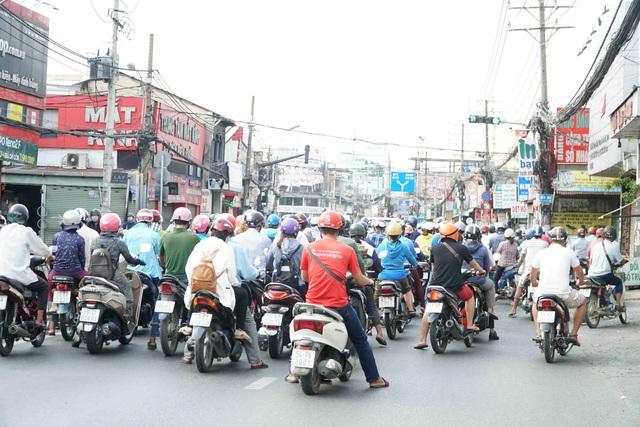 Người Sài Gòn ùa ra đường ngày không cách ly - 1