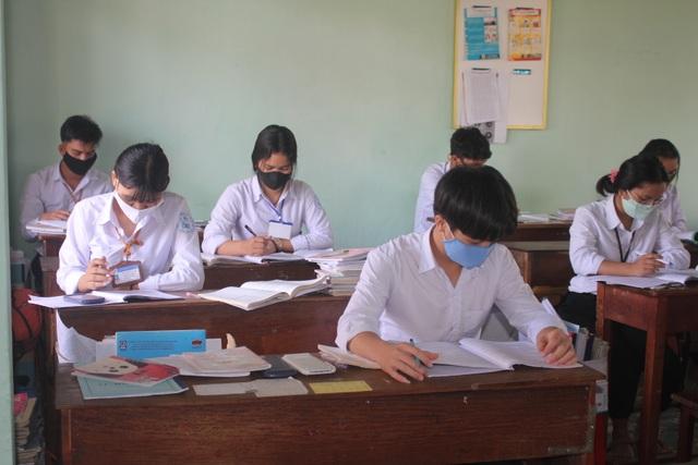 Gia Lai: Hàng ngàn học sinh khối 9, 12 đến lớp học, ngồi cách nhau 1,5m - 3