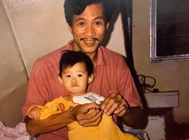"""Hoa hậu Khánh Vân """"tái hiện"""" ảnh chụp lúc 1 tuổi cùng ba mẹ - 2"""