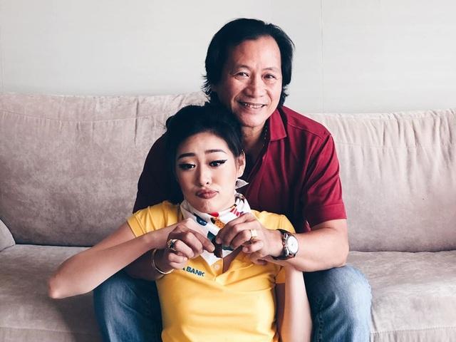 """Hoa hậu Khánh Vân """"tái hiện"""" ảnh chụp lúc 1 tuổi cùng ba mẹ - 3"""