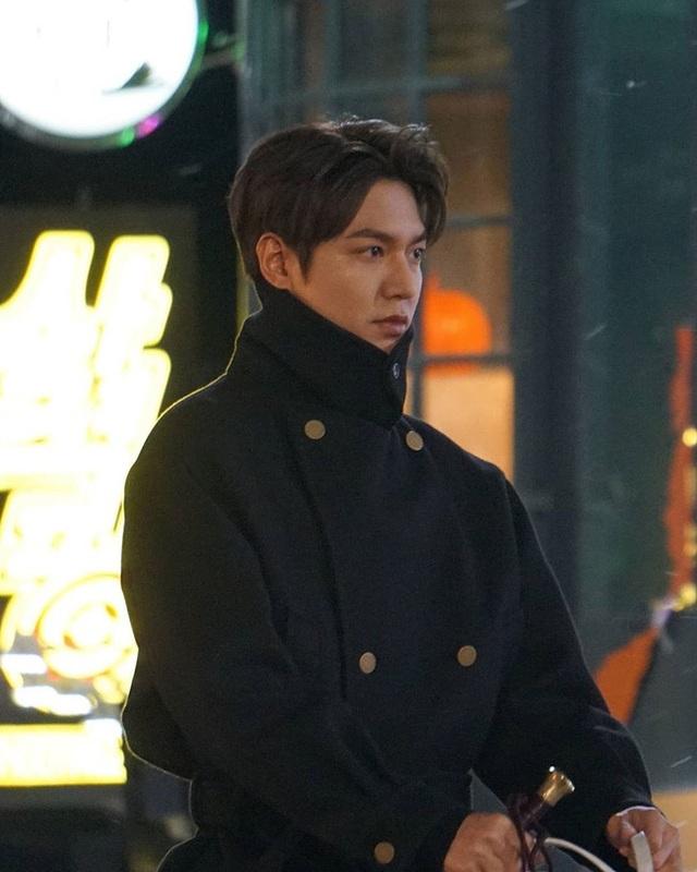 Lee Min Ho hút fan khi cưỡi ngựa trên đường phố - 6