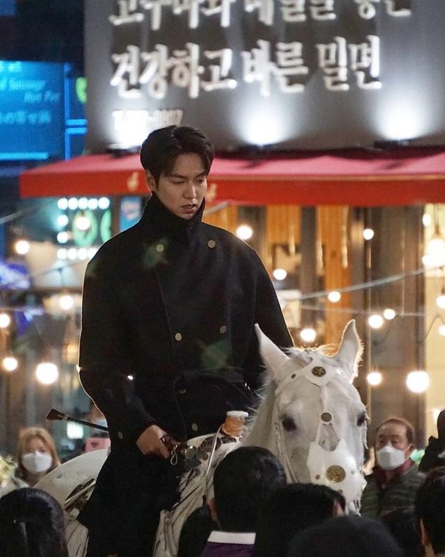 Lee Min Ho hút fan khi cưỡi ngựa trên đường phố - 4