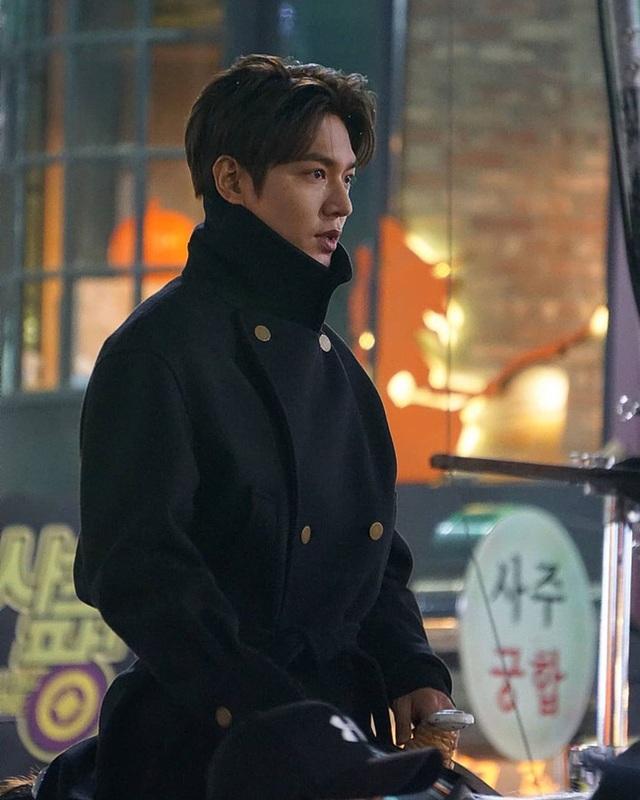 Lee Min Ho hút fan khi cưỡi ngựa trên đường phố - 5