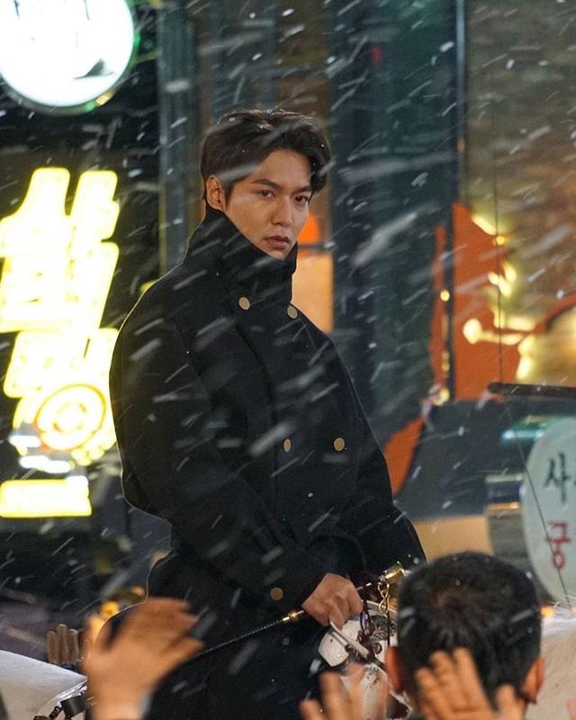 Lee Min Ho hút fan khi cưỡi ngựa trên đường phố - 1