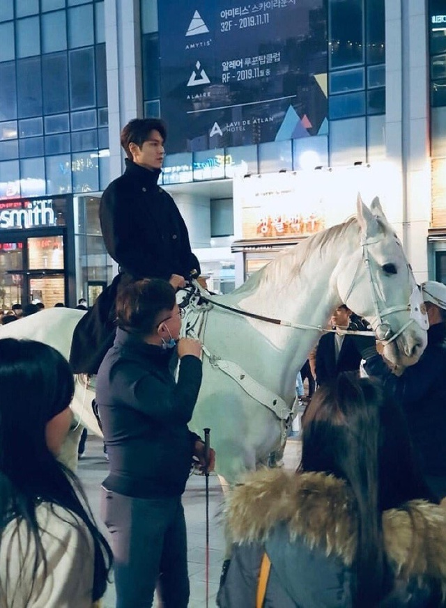 Lee Min Ho hút fan khi cưỡi ngựa trên đường phố - 2