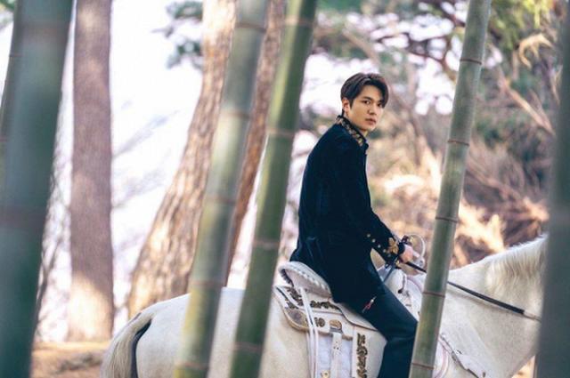 Lee Min Ho hút fan khi cưỡi ngựa trên đường phố - 7