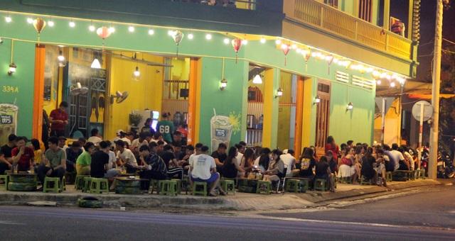 """Phú Yên: Vừa được """"nới lỏng"""", giới trẻ đã ùn ùn kéo đến quán xá - 2"""