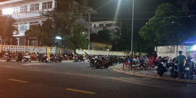 """Phú Yên: Vừa được """"nới lỏng"""", giới trẻ đã ùn ùn kéo đến quán xá - 11"""