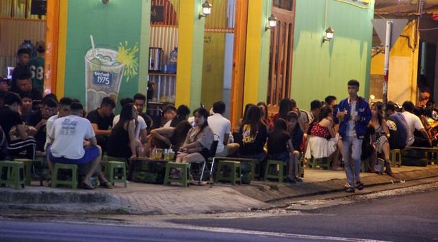 """Phú Yên: Vừa được """"nới lỏng"""", giới trẻ đã ùn ùn kéo đến quán xá - 3"""