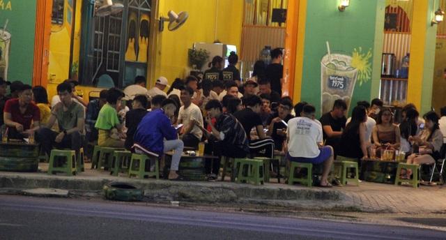 """Phú Yên: Vừa được """"nới lỏng"""", giới trẻ đã ùn ùn kéo đến quán xá - 4"""