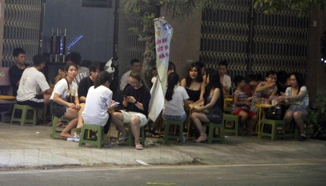 """Phú Yên: Vừa được """"nới lỏng"""", giới trẻ đã ùn ùn kéo đến quán xá - 5"""