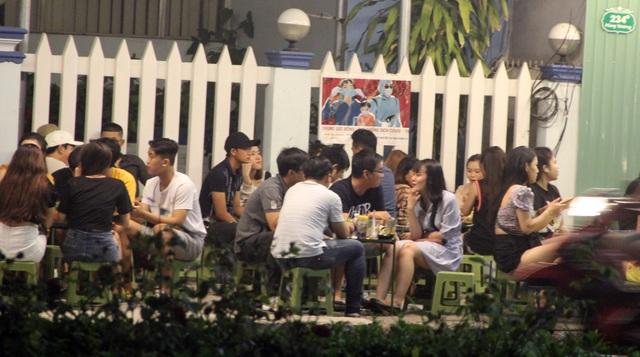 """Phú Yên: Vừa được """"nới lỏng"""", giới trẻ đã ùn ùn kéo đến quán xá - 7"""