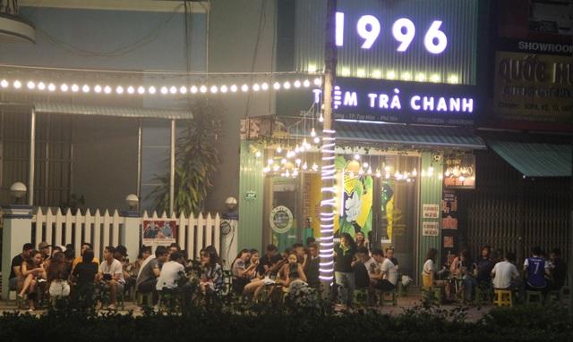 """Phú Yên: Vừa được """"nới lỏng"""", giới trẻ đã ùn ùn kéo đến quán xá - 6"""