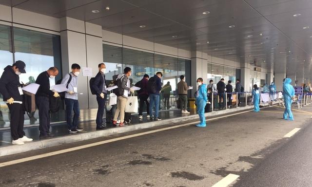 Chuyến bay chở 240 chuyên gia Hàn Quốc hạ cánh sân bay Vân Đồn - 2