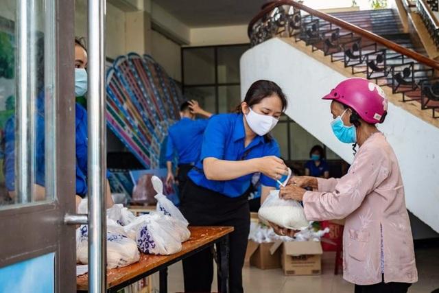 Bình Định: Hơn 3.500 công nhân mất việc được nhận gạo miễn phí - 3