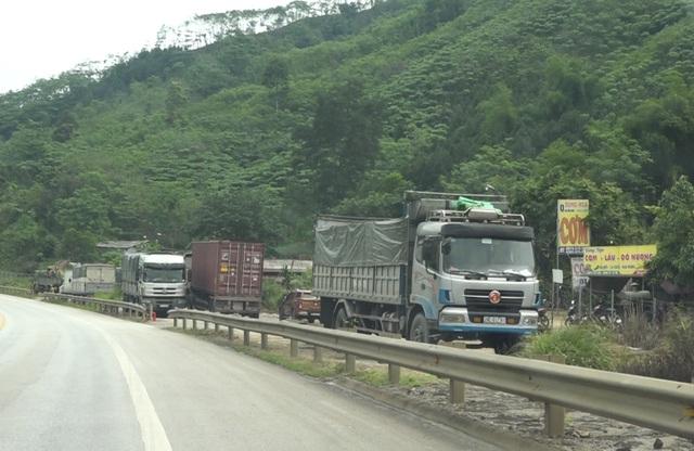 Dân tiếp tục phá rào chắn, mở quán ăn trên tuyến cao tốc dài nhất Việt Nam - 2