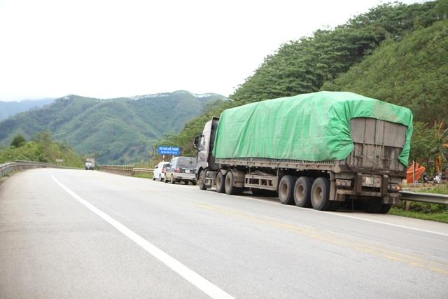 Dân tiếp tục phá rào chắn, mở quán ăn trên tuyến cao tốc dài nhất Việt Nam - 3