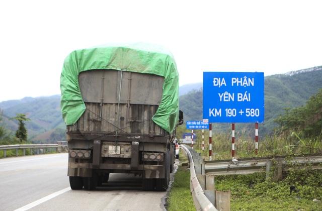 Dân tiếp tục phá rào chắn, mở quán ăn trên tuyến cao tốc dài nhất Việt Nam - 1