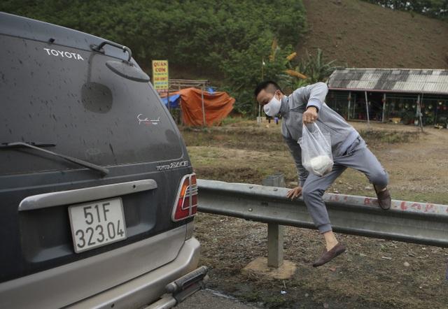 Dân tiếp tục phá rào chắn, mở quán ăn trên tuyến cao tốc dài nhất Việt Nam - 4