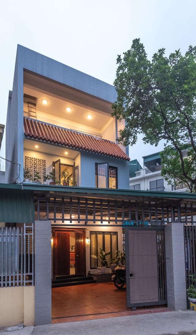"""Ngôi nhà nổi bật bởi kiến trúc """"lai"""" Đông - Tây trên phố Hà Nội - 1"""
