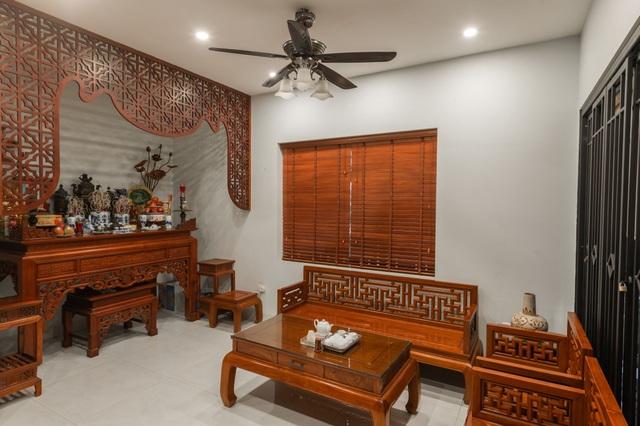 """Ngôi nhà nổi bật bởi kiến trúc """"lai"""" Đông - Tây trên phố Hà Nội - 3"""