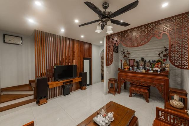 """Ngôi nhà nổi bật bởi kiến trúc """"lai"""" Đông - Tây trên phố Hà Nội - 4"""