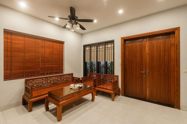 """Ngôi nhà nổi bật bởi kiến trúc """"lai"""" Đông - Tây trên phố Hà Nội - 9"""