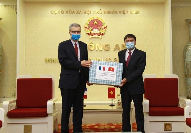Bộ Công an trao tặng Bộ Nội vụ Pháp nhiều vật tư y tế phòng dịch Covid-19 - 1