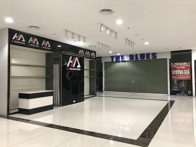 Hết cách ly, cửa hàng trong trung tâm thương mại vẫn lặng im như tờ - 6