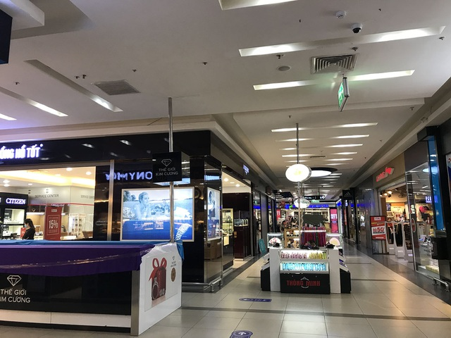Hết cách ly, cửa hàng trong trung tâm thương mại vẫn lặng im như tờ - 7