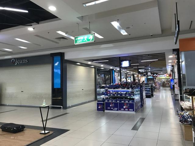 Hết cách ly, cửa hàng trong trung tâm thương mại vẫn lặng im như tờ - 4