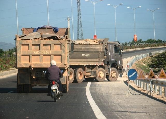 """Đoàn xe """"siêu tải"""" cày xéo quốc lộ nghìn tỷ vừa xây xong ở Bình Định - 2"""