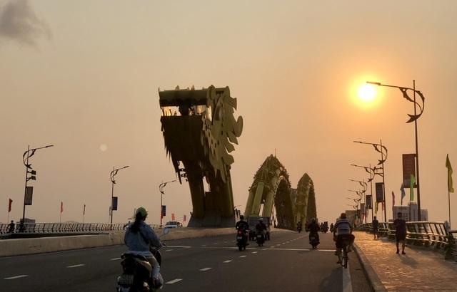 Đà Nẵng: Người dân náo nức tắm biển, dạo phố sau cách ly xã hội - 6
