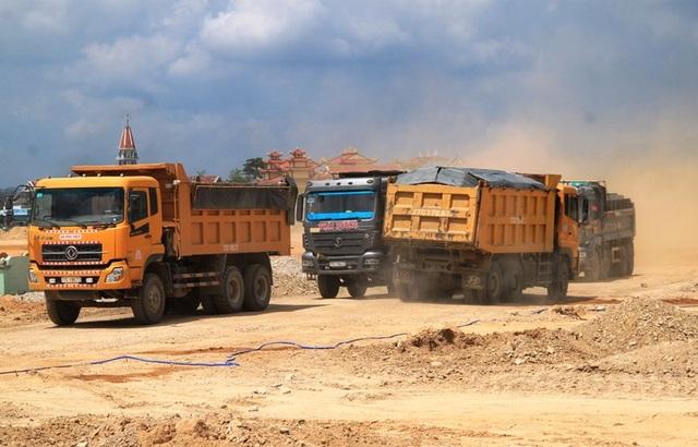 """Đoàn xe """"siêu tải"""" cày xéo quốc lộ nghìn tỷ vừa xây xong ở Bình Định - 1"""
