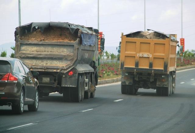 """Đoàn xe """"siêu tải"""" cày xéo quốc lộ nghìn tỷ vừa xây xong ở Bình Định - 7"""