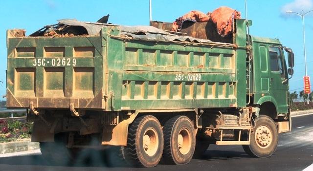 """Đoàn xe """"siêu tải"""" cày xéo quốc lộ nghìn tỷ vừa xây xong ở Bình Định - 9"""