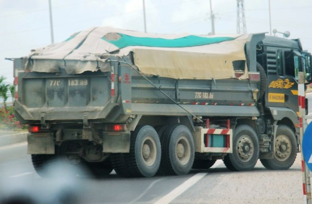"""Đoàn xe """"siêu tải"""" cày xéo quốc lộ nghìn tỷ vừa xây xong ở Bình Định - 8"""
