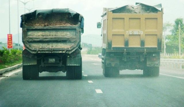 """Đoàn xe """"siêu tải"""" cày xéo quốc lộ nghìn tỷ vừa xây xong ở Bình Định - 5"""